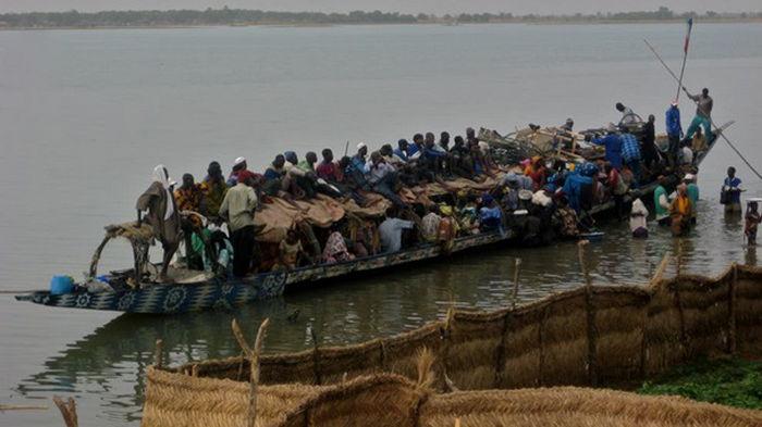 В Нигерии при опрокидывании лодки пропали без вести 100 человек