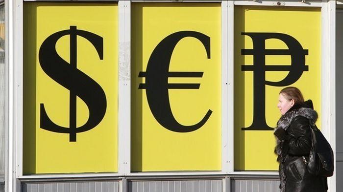 Украинцы третий месяц подряд сбывают валюту