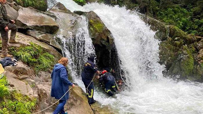Школьник из Львова погиб на экскурсии при падении в водопад