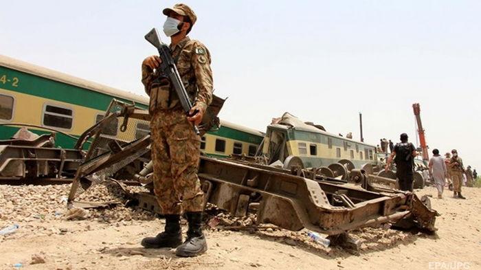 Число жертв железнодорожной аварии в Пакистане выросло