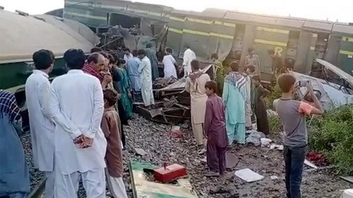 В Пакистане столкнулись поезда: погибли более 30 человек (видео)