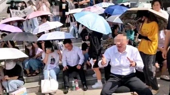В Китае студенты взяли в заложники директора колледжа