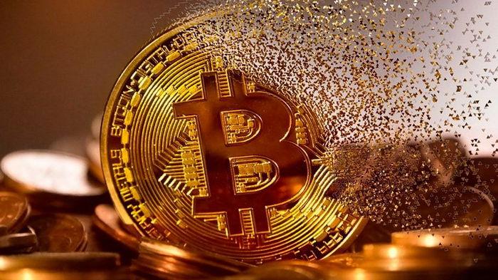 Крупнейший отток биткоина за 7 месяцев: что происходит с криптовалютой