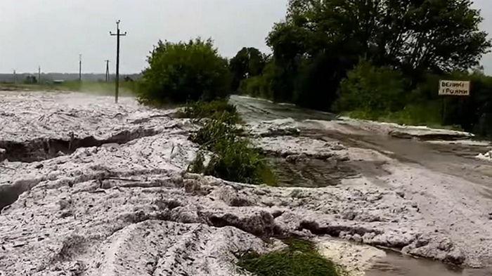 В Кировоградской области град образовал ледяные сугробы (видео)