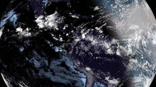 Спутник запечатлел Землю во время затмения (видео)