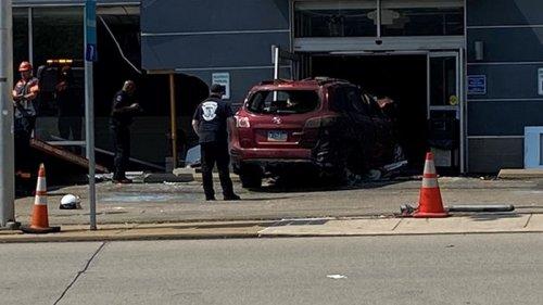 В США автомобиль влетел в здание клиники, трое погибших