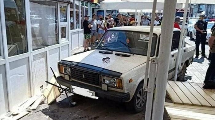 В Сумах авто сбило людей на летней площадке кафе (видео)