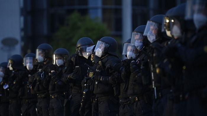 В Берлине 60 полицейских пострадали при попытке проинспектировать сквот
