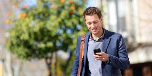 Ученые: привычка долго смотреть в экран смартфона повышает риск потери зрения