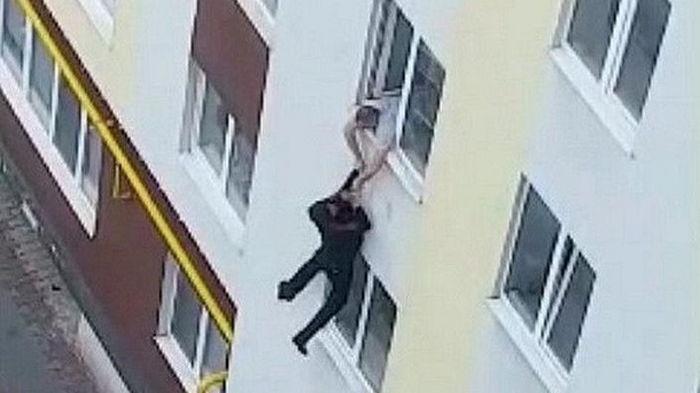 На Волыни мужчина спрыгнул с четвертого этажа и убежал (видео)