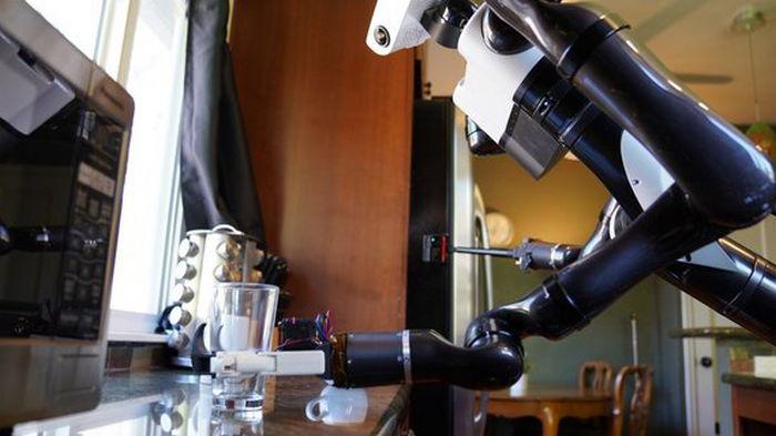 Toyota представила робота-помощника по дому, который снимает себя на селфи-камеру (видео)