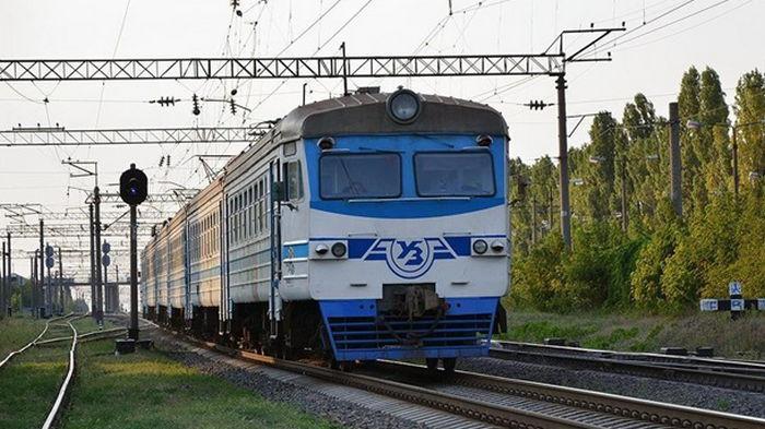 Бросали камни в поезд: в Запорожье сильно пострадал машинист