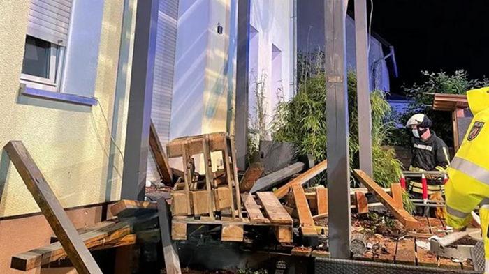В Германии девять человек пострадали при обрушении балкона (видео)