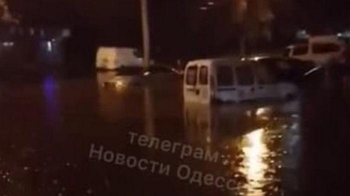 Улицы Одессы ушли под воду после грозы (видео)