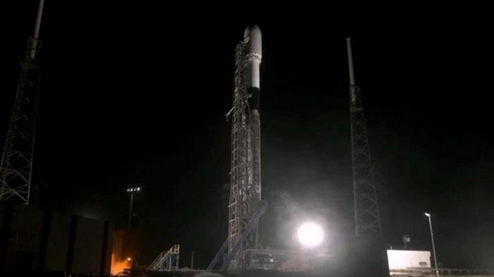 SpaceX за 10 секунд до старта отложила запуск спутников: названа причина