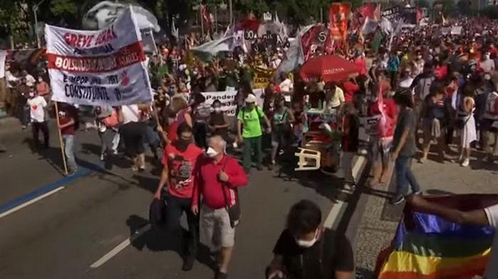 В Бразилии на фоне скандала с вакциной вспыхнули протесты против президента (видео)