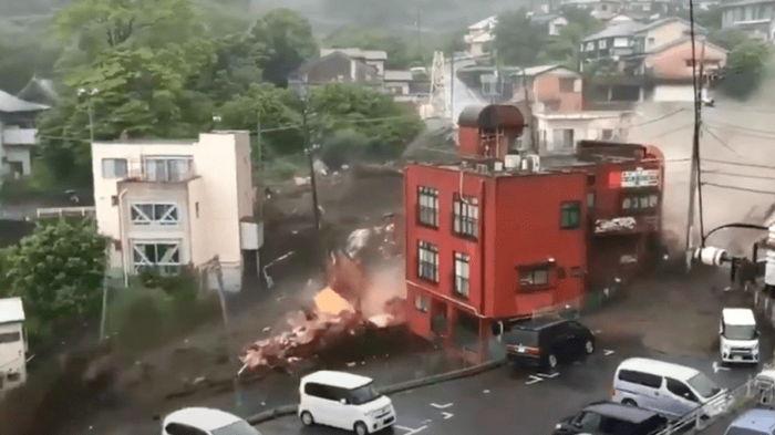 По Японии прокатилась волна оползней, число пропавших без вести растет: видео бедствия