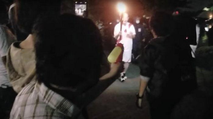 В Японии арестовали женщину, которая пыталась загасить олимпийский огонь (видео)