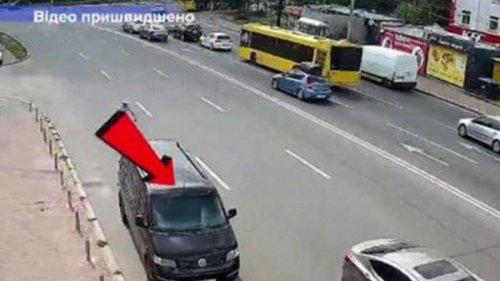 В Киеве авто без водителя пересекло шестиполосную дорогу (видео)