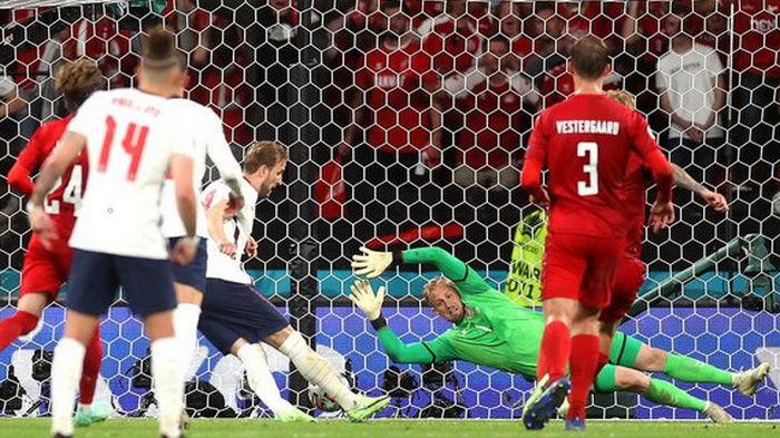 УЕФА открыл дело против Англии: вратаря сборной Дании пытались ослепить при пенальти