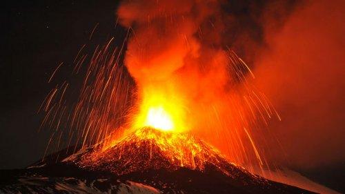 На Сицилии проснулся вулкан Этна (видео)