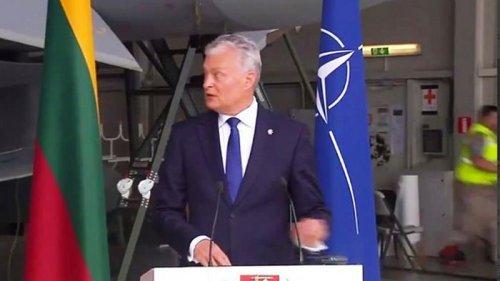 Во время выступления президента Литвы на авиабазе прозвучал сигнал тре...