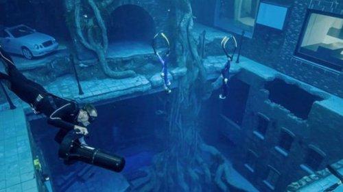 В Дубае открыли самый глубокий в мире бассейн для дайвинга с затонувшим городом (видео)