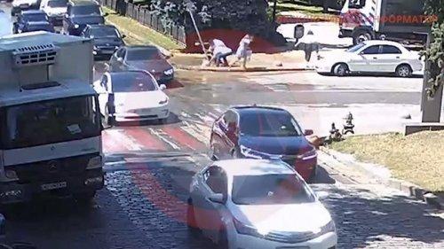 В Днепре на тротуаре девушка по шею провалилась в яму с водой (видео)