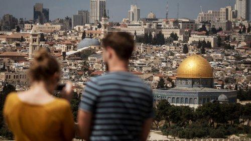 В Израиле решили вернуть COVID-пропуска и вводят запрет на посещение ч...