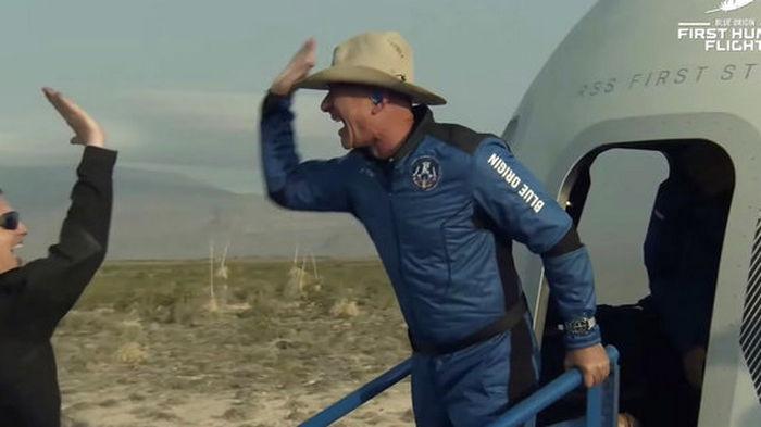 Брэнсон и Безос могут не попасть в число астронавтов по новым авиационным правилам