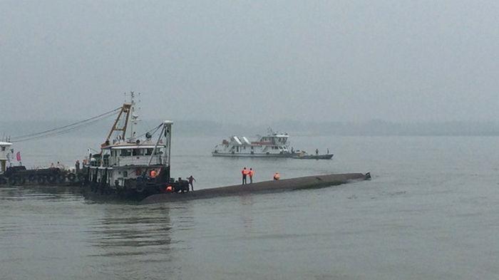 У берегов Китая перевернулось судно