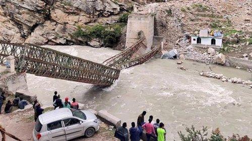 В Индии камнепад разрушил мост, есть жертвы (видео)