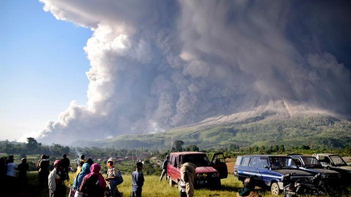 На Суматре вулкан засыпал города пеплом (видео)
