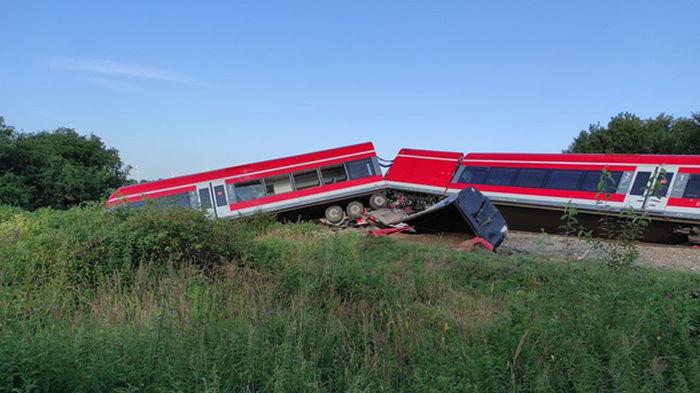В Польше поезд врезался в грузовик и сошел с рельсов, есть пострадавшие (фото)