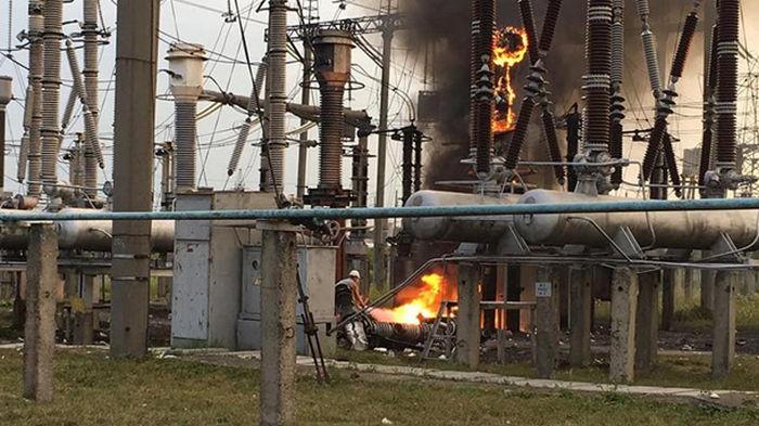 В Ровно пропадал свет из-за пожара на трансформаторе (фото)