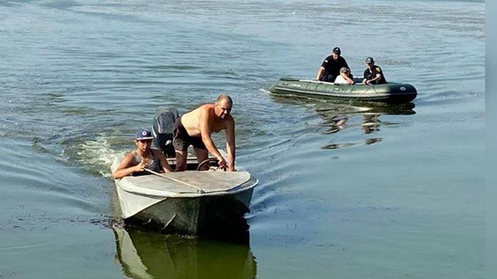 На Одесчине ребенка на надувном матрасе отнесло на километр от берега (фото)