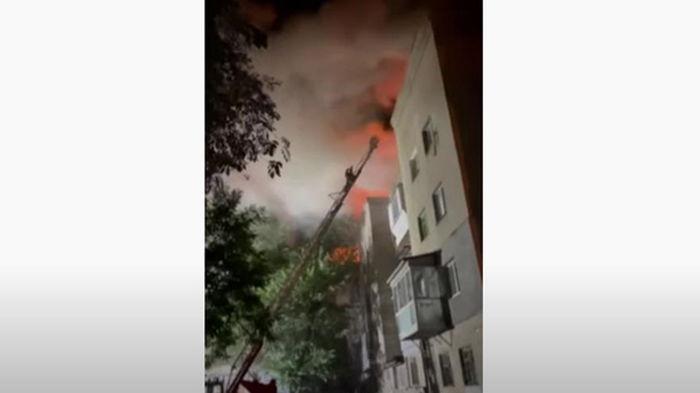 В Запорожье загорелась многоэтажка (видео)