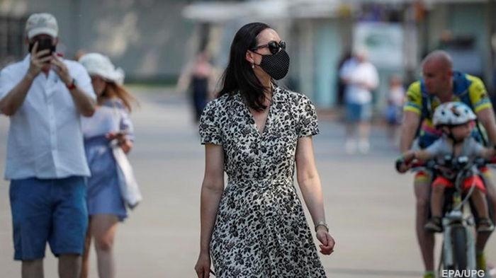 В Украине число COVID-случаев снизилось вдвое