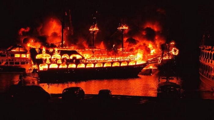 В Турции сгорели сразу четыре экскурсионных судна (видео)