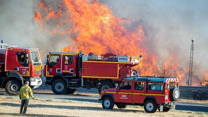 На юге Франции лесные пожары тушат сотни пожарных