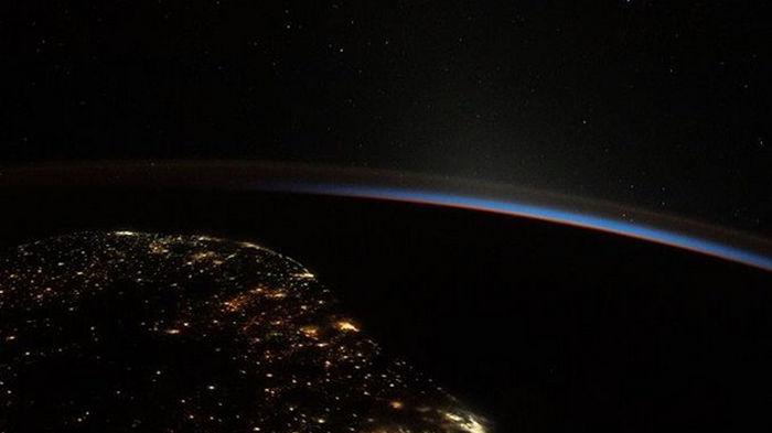 NASA показало снимок начала дня над Землей