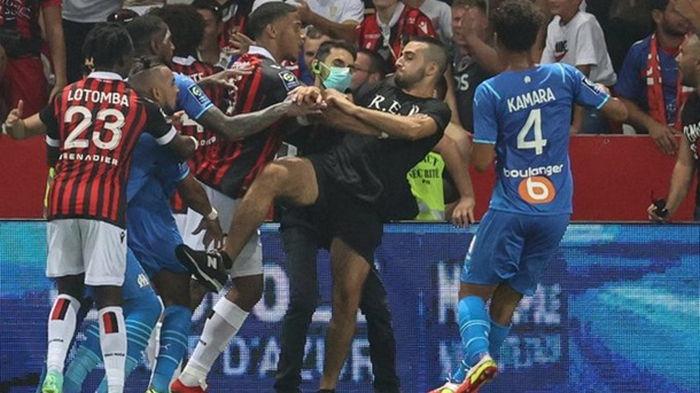 Фанаты Ниццы прорвались на поле, чтобы разобраться с игроком Марселя (фото)