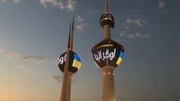 На Кувейтских Башнях появился сине-желтый флаг (фото)