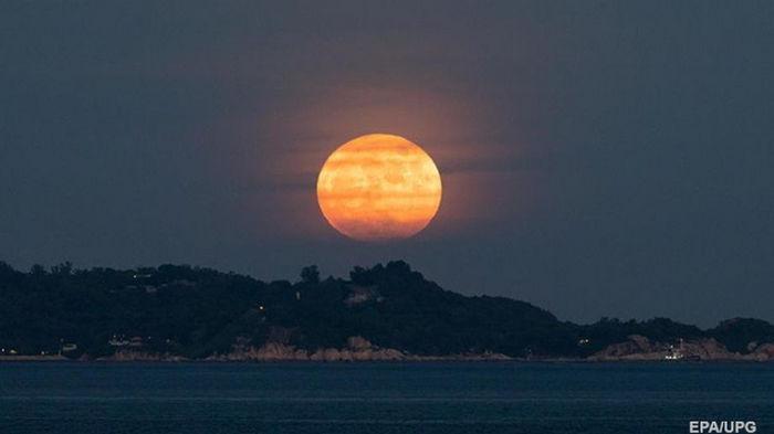Над Землей взошла осетровая Луна (видео)