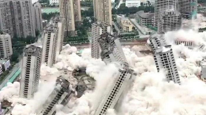 В Китае одновременно снесли 15 небоскребов (видео)