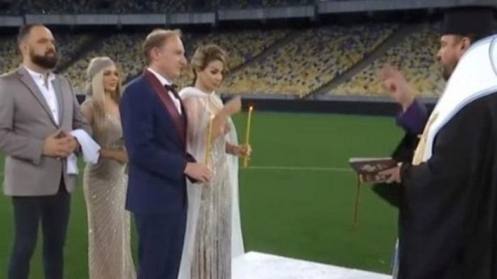 В Киеве невеста устроила венчание на стадионе (видео)