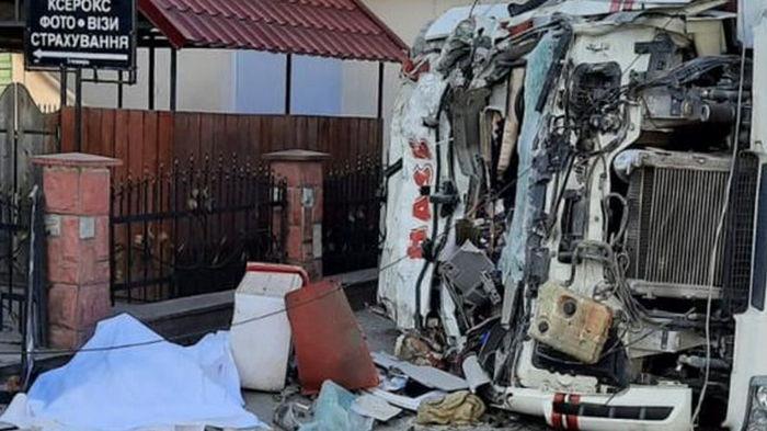 Во Львовской области грузовик въехал в магазин, погибли четыре человека (видео)
