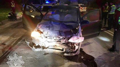 Во Львове водитель протаранил авто копов (фото)