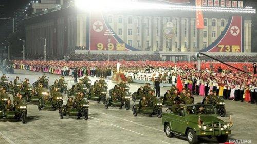 В КНДР прошел ночной военный парад (фото)