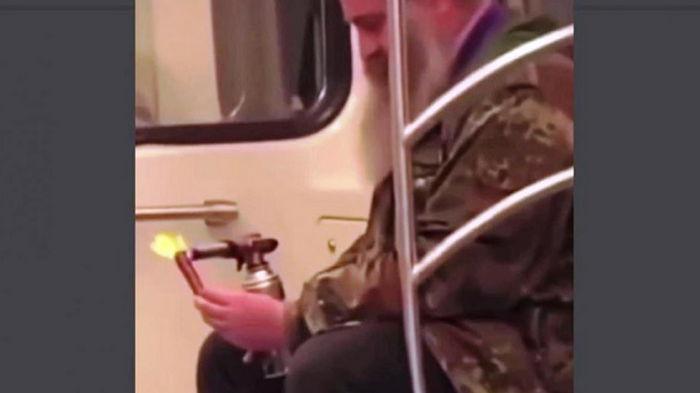 В метро Киева пассажир пожарил сосиску (видео)
